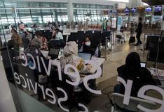 Hombre con COVID-19 se disfraza de mujer para abordar avión en Indonesia