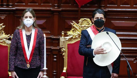 Pedro Castillo se quitó su sombrero al momento de cantar el himno nacional al inicio de su juramentación. (Foto: Congreso)