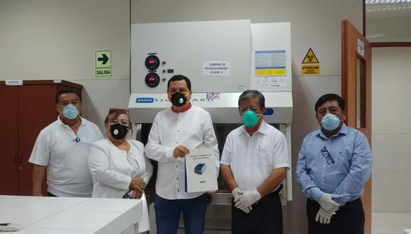 Piura. Universidad Nacional de Piura entregó al gobernador regional un equipo para obtener resultados de COVID-19 en cinco horas. (Gobierno Regional de Piura)