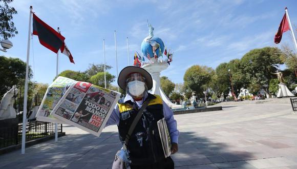 Melitón todos los días recorre las calles de Cerro Colorado ofertando los periódicos. (Foto: Leonardo Cuito)