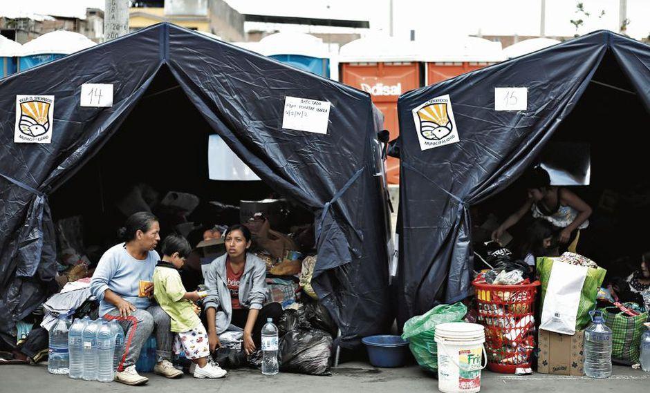 Algunas de las familias afectadas por el incendio durmieron en las carpas instaladas en la Av. Pastor Sevilla, la mayoría pasó la noche cerca de sus casas. (Jessica Vicente)