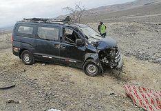 Colisión entre moto y minivan deja un muerto y un herido