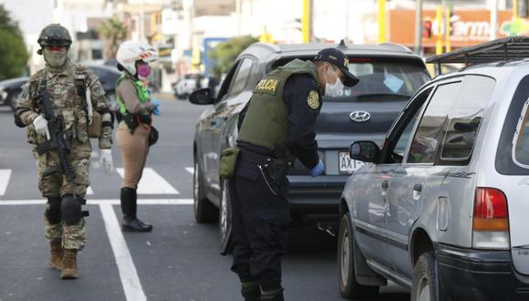 Las autoridades verificarán que las personas porten su pase laboral durante los domingos. (Foto: GEC)