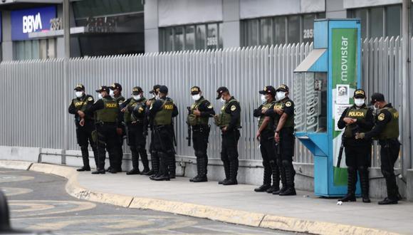 La Policía Nacional y las FF.AA, resguardaron los alrededores del aeropuerto Jorge Chávez por la llegada del primer lote de vacunas de Sinopharm | Fotos: Jesus Saucedo y Renzo Salazar  / @photo.gec