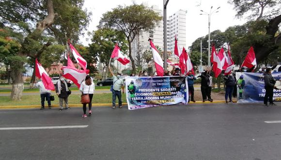 Alcalde José Ruiz y trabajadores del Segat y de seguridad ciudadana protestaron en el frontis del Ministerio de Salud.