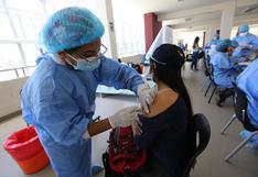 Estudiantes acuden masivamente a vacunatorios de Arequipa