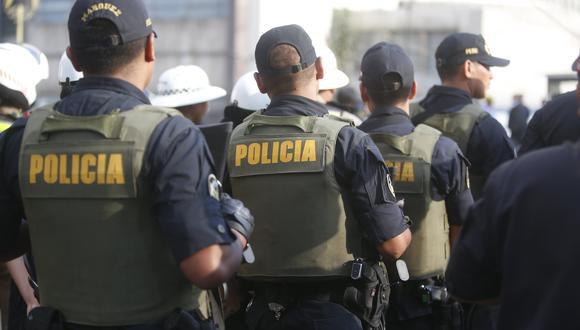 El fiscal adjunto provincial Paolo Roberto Macas Benítez explicó que así como el suboficial de tercera PNP Carlos Alberto Aguilera Herrera, otros policías también fueron atacados palos por los pobladores del lugar que se oponían a su ingreso al predio. (Imagen referencial)
