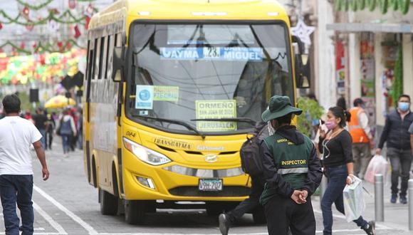 Inspectores en la calle San Juan de Dios para evitar ingreso de autos y taxis