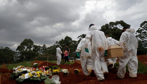Entierro de una víctima de COVID-19 en el cementerio Viola Formosa en Sao Paulo (Brasil). (Foto: EFE/Fernando Bizerra Jr.)