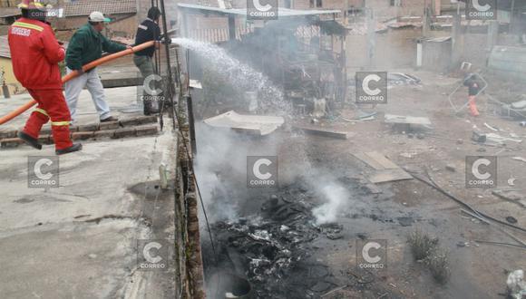 Intenso fuego en almacén moviliza a vecinos (FOTO y VIDEO)