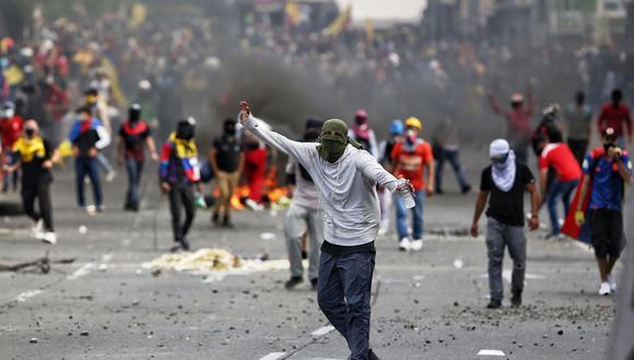La jornada de protestas transcurrió festiva en las principales ciudades del país, pero hubo disturbios en lugares como Bogotá, Pasto, Medellín y en Manizales, donde manifestantes se enfrentaron a la Policía. (Foto: EFE/ Pablo Rodríguez)