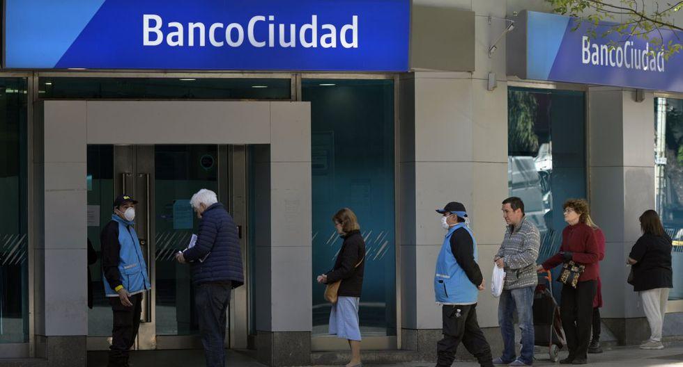 La gente se agolpó desde la madrugada frente a las entidades bancarias por la urgencia de tener dinero en sus bolsillos, pese a que los bancos seguirán abiertos en los próximos días. (JUAN MABROMATA / AFP).