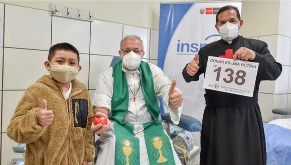 El sacerdote posando con un niño y otro religioso tras donar sangre. | FOTO: INSN San Borja.