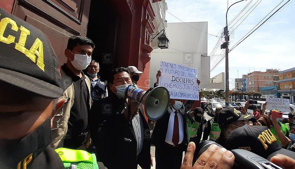 Con protesta obligan a congresista Maquera a pedir perdón