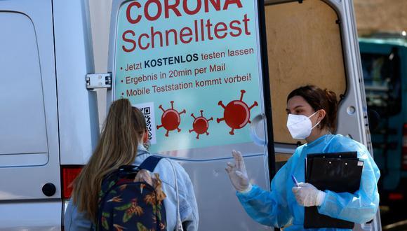 En total, más de siete millones de personas que ya han recibido las dos dosis de la vacuna contra el coronavirus se están beneficiando de estas medidas. (David GANNON / AFP)
