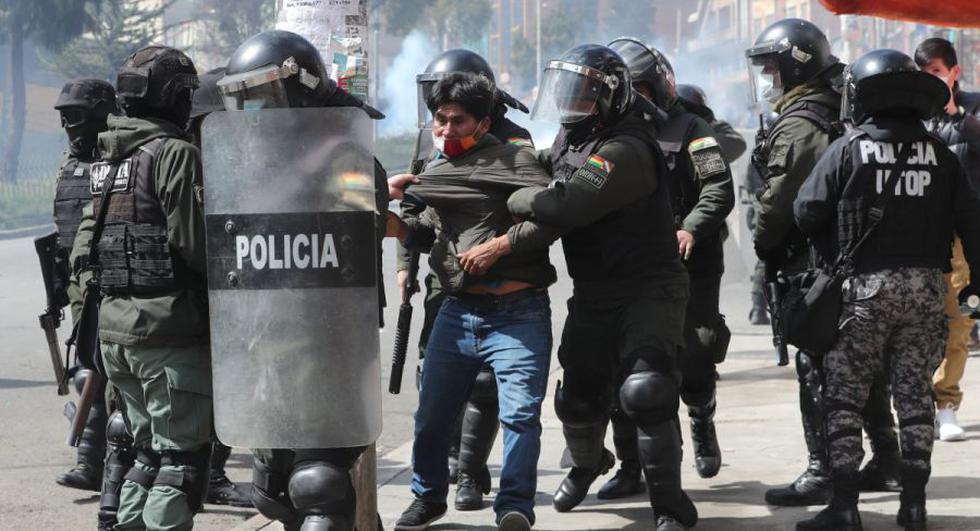 Miembros de la policía boliviana detienen a un hombre durante los enfrentamientos con manifestantes cocaleros de los Yungas de La Paz, quienes querían retomar la sede de la Asociación Departamental de Productores de Coca (Adepcoca), hoy, en La Paz (Bolivia). (Foto: EFE /Martin Alipaz).
