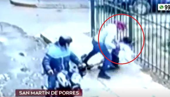Cámaras de seguridad de San Martín de Porres captó violento asalto a una mujer, quien se resistió al robo de su celular. (Captura: América Noticias)
