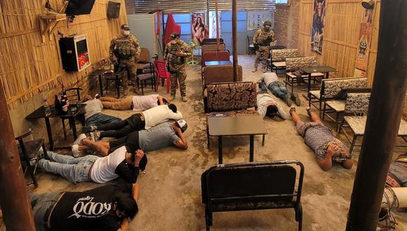 Hombres y mujeres bebían en bar sin respetar normas sanitarias en Cerro Colorado
