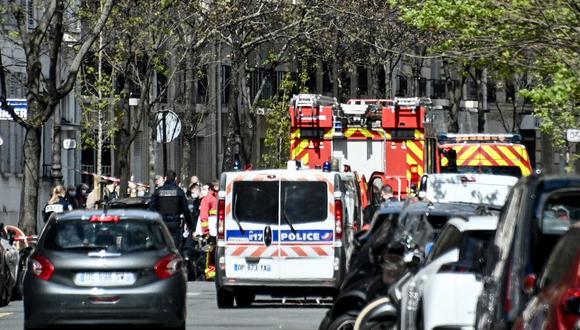 La policía y los bomberos de primeros auxilios aparecen afuera del hospital privado Henry Dunant, donde una persona murió a tiros y otra resultó herida en un tiroteo. (Anne-Christine POUJOULAT / AFP)
