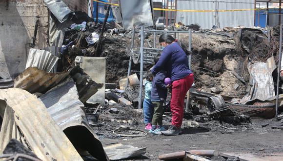 Ana Gómez abraza a sus hijos al ver que su vivienda quedó destruida por el fuego. Foto: Leonardo Cuito.