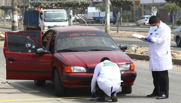 Peritos de criminalística recogen evidencias en uno de los vehículos de uno de los agentes. (Foto: GEC)