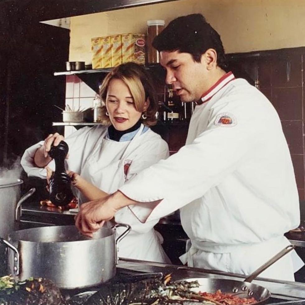 El reconocido chef peruano Gastón Acurio no dejó pasar esta fecha tan importante del amor y la amistad para dedicarle un tierno mensaje a su esposa Astrid Gutsche junto a bellas imágenes que recorren la historia de su amor.