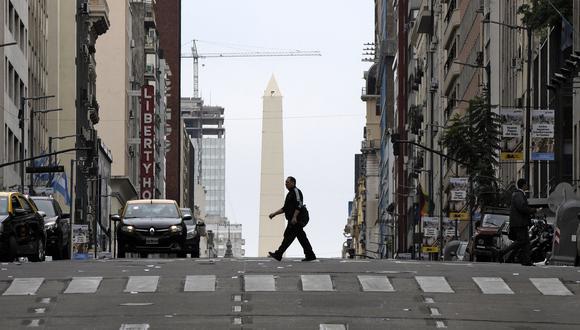 Un hombre cruza la Avenida Corrientes en el centro de Buenos Aires el 29 de mayo de 2019. (AFP / Juan MABROMATA).