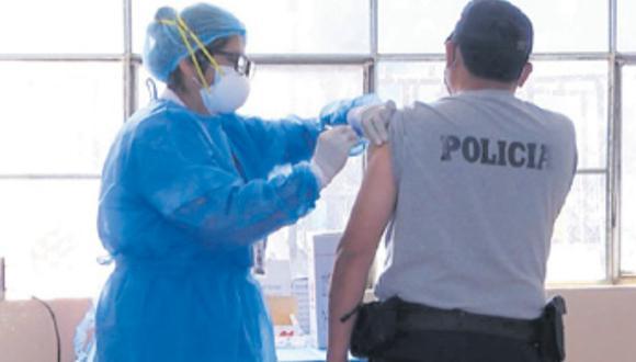 800 efectivos rechazaron ser inmunizados en su momento. Este martes está programado el arribo de 7,020 dosis para la PNP. (Foto: Correo)