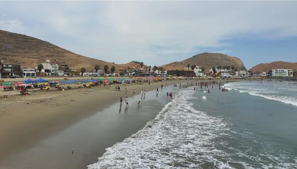 El balneario de Cerro Azul, donde familias llegan para darse un chapuzón y combatir el incesante calor. Foto: Bryan Ortiz