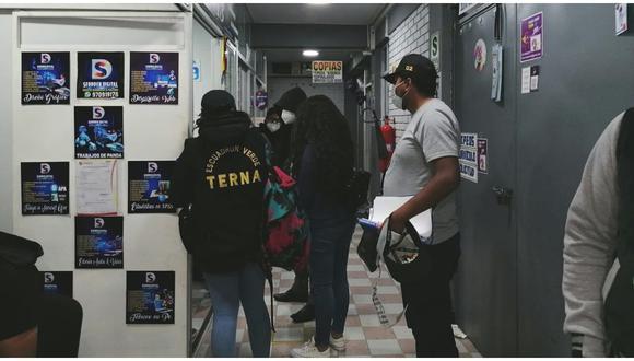 Tres stands son intervenidos y se detuvo a cuatro personas por falsificación de documentos y sellos