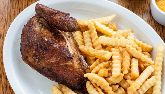"""""""Lo que hace un buen pollo a la brasa es su pellejo que logra un sabor intenso y su carne que queda jugosa al calor de las brasas con un ahumado perfecto. Lo clásico es acompañarlo de papas fritas crujientes"""", comenta Jimena Agois, periodista y fotógrafa gastronómica."""