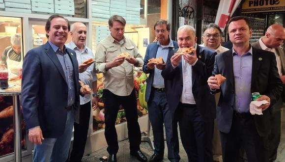 Presidente de Brasil come pizza en calles de Nueva York (Foto: Twitter @MinLuizRamos)