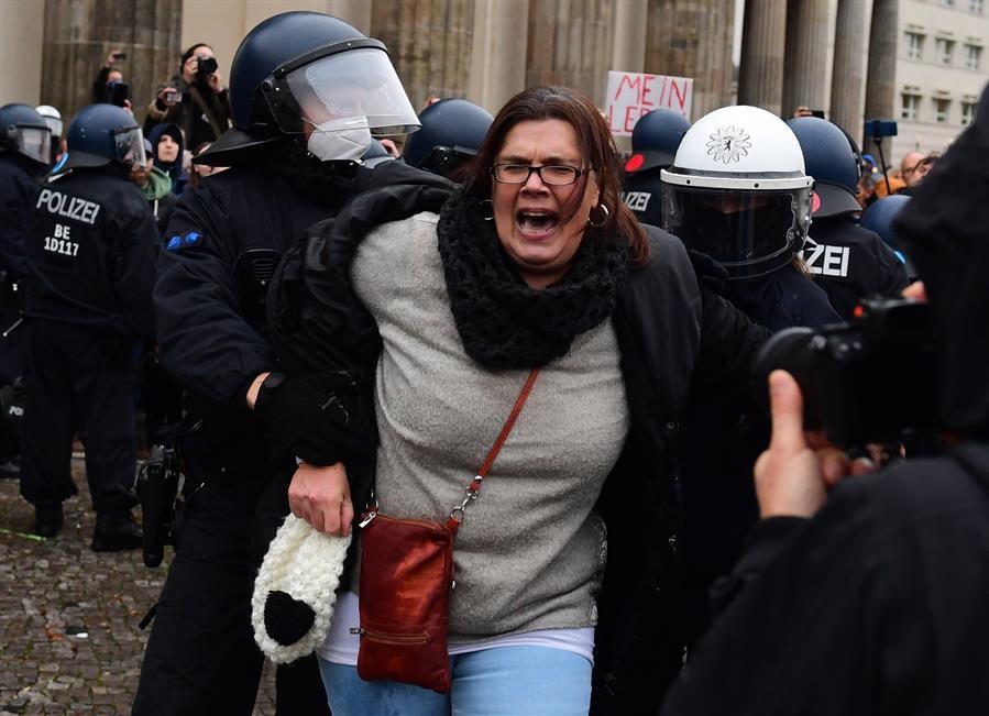 alemania-policia-usa-gases-lacrimogenos-y-canones-de-agua-en-contra-de-protestantes-negacionistas-de-la-pandemia