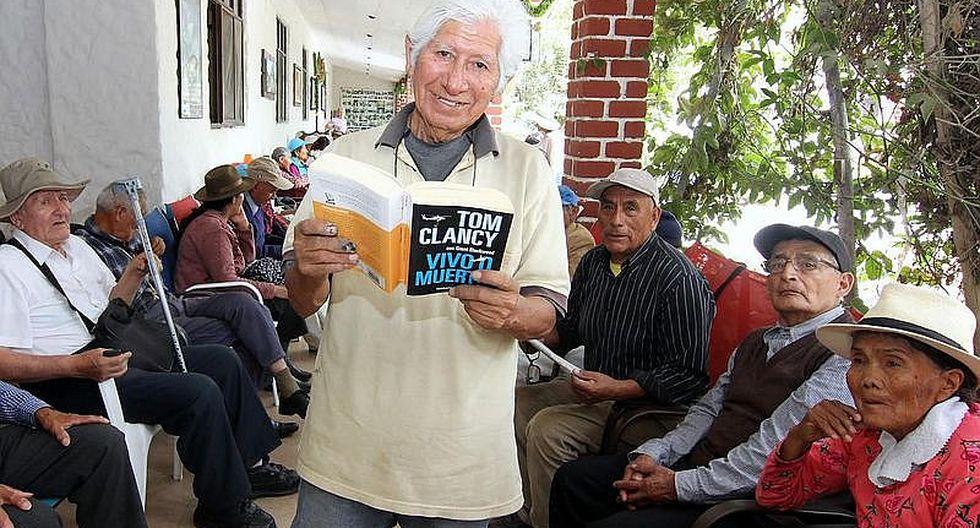 Usuario de Pensión 65 escribe su libro y parte de las penurias de los 12 hermanos