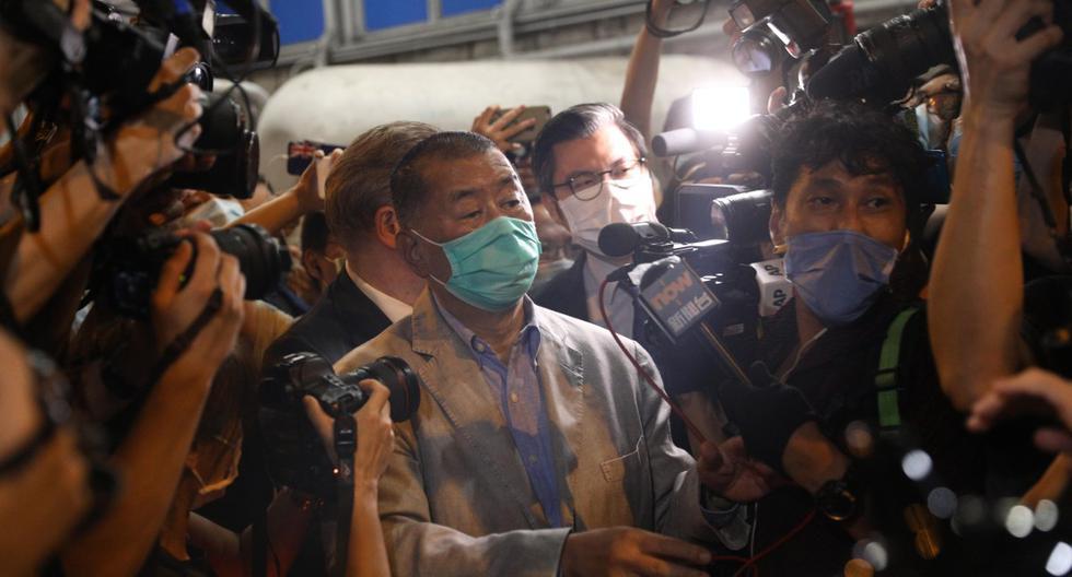 El magnate de los medios de Hong Kong y fundador de Apple Daily, Jimmy Lai (centro) está rodeado de miembros de los medios de comunicación cuando sale de una comisaría de policía tras ser liberado bajo fianza. (EFE/EPA/JEROME FAVRE).