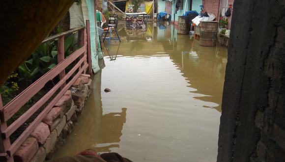 Viviendas quedan inundadas con aguas servidas tras primeras lluvias en Junín.