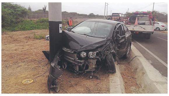 Los pasajeros resultaron con lesiones leves. Uno de los vehículos terminó estrellándose contra un poste de alumbrado.