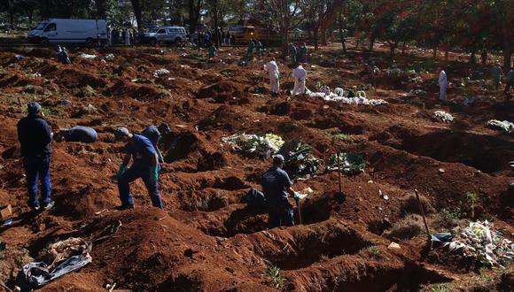 Vista que muestra a trabajadores enterrando víctimas mortales de la pandemia COVID-19, en el cementerio de Vila Formosa, el más grande de América Latina, en Sao Paulo (Brasil). (EFE/Paulo Whitaker).