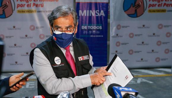 El ministro de Salud, Óscar Ugarte, indicó que se realiza una investigación sumaria ante la denuncia de que algunos enfermeros no habrían estado aplicando las vacunas a los adultos mayores. (Foto: Minsa)
