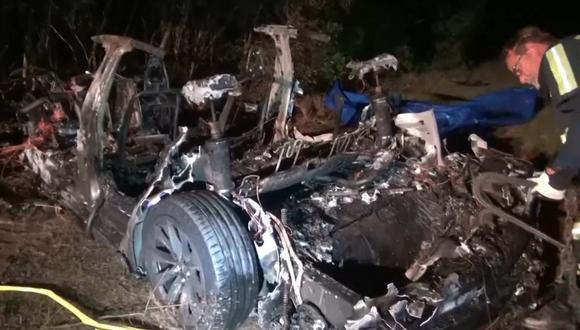 Tras el impacto contra un árbol, el vehículo quedó envuelto en llamas. Los bomberos necesitaron varias horas para apagar el incendio. (Foto: YouTube)