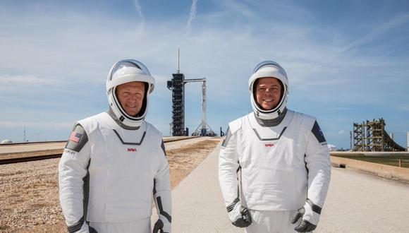 Bajo un cielo amenazante, sigue cuenta atrás para primer vuelo tripulado de SpaceX. En la imagen los astronautas Douglas Hurley (izq.) y Robert Behnken (der.) (EFE/EPA/Kim Shiflett)