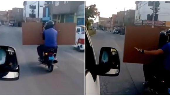 Dos personas trasladan mueble en motocicleta en Comas. (Foto: Captura Canal N)