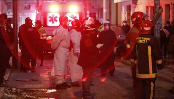 Policía y bomberos en el lugar de los hechos tras la explosión del balón de gas en Breña. | Foto: César Bueno.