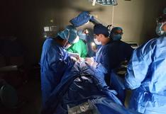 Padre de niño operado con luces de celulares denuncia negligencia médica en Arequipa