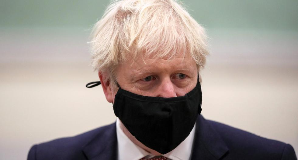 El primer ministro británico, Boris Johnson, usa una mascarilla protectora para evitar la propagación del coronavirus durante una visita a East Midlands, en el centro de Inglaterra, el 6 de noviembre de 2020. (AFP / POOL / MOLLY DARLINGTON).