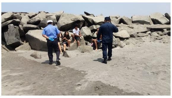 En el distrito de Salaverry, efectivos de la Marina intervinieron y retiraron a bañistas. (Foto: Cortesía)