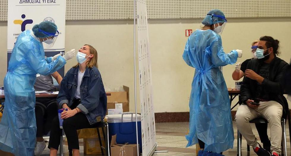 Personal sanitario realiza pruebas de coronavirus covid-19 en Atenas, Grecia.  (EFE/EPA/ORESTIS PANAGIOTOU).