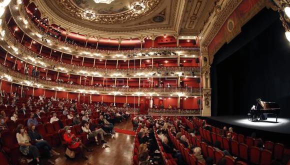 Debido a que hay muchas salas culturales que aún no están abiertas, existen campañas en redes sociales que alientan el consumo nuevamente del teatro. (Foto: EFE)