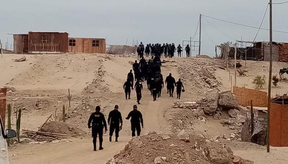 Desalojan a familias por ocupar área dentro de Huacachina, en Ica.