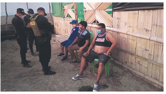 También incautan dos cajas de licor e intervenidos son conducidos a la dependencia policial.